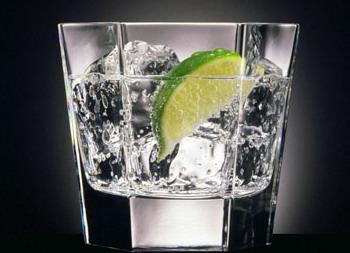 Ly chân dài, miệng ly dạng hình ống khói đặc trưng dành cho thưởng thức Vodka