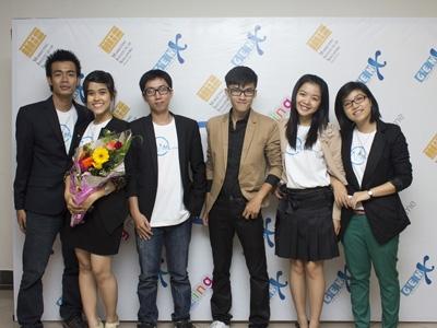 Nguyễn Thành Long (thứ 4 từ trái sang) cùng nhân viên Cty