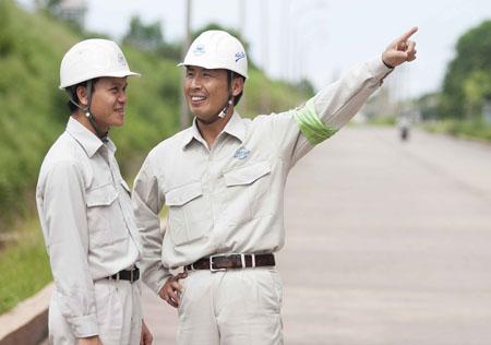 Các chuyên gia Nhật Bản đang làm việc với công nhân Việt Na