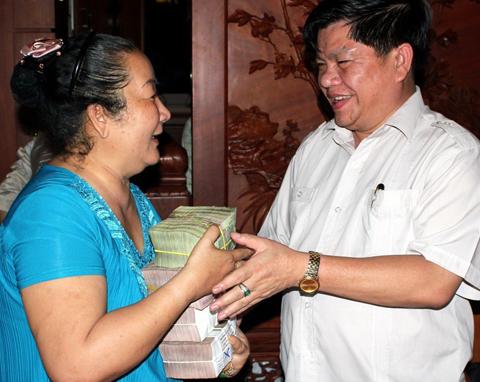 Chồng bà Diệu Hiền trực tiếp trả tiền cho nông dân