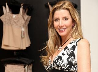 Sara Blakely trong buổi ra mắt dòng sản phẩm Haute Contour