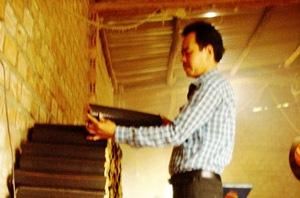 Anh Lương Văn Minh kiểm tra sản phẩm củi trấu