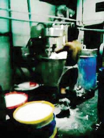 Dùng hóa chất tái chế bún (3)