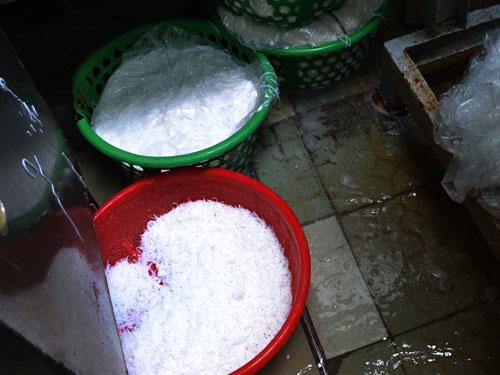 Dùng hóa chất tái chế bún (5)