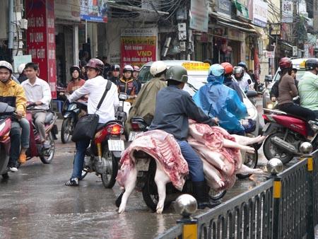 Hầu hết thịt gia súc, gia cầm đến từ các điểm giết mổ không qua kiểm soát và được vận chuyển bằng xe thô sơ.