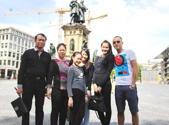 Gia đình ông Đỗ Văn Bình đi du lịch châu Âu cùng con dâu Phạm Ngọc Thạch.