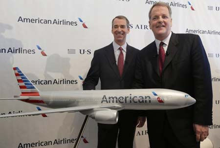 CEO của US Airways (phải) và American Airlines trong buổi họp báo