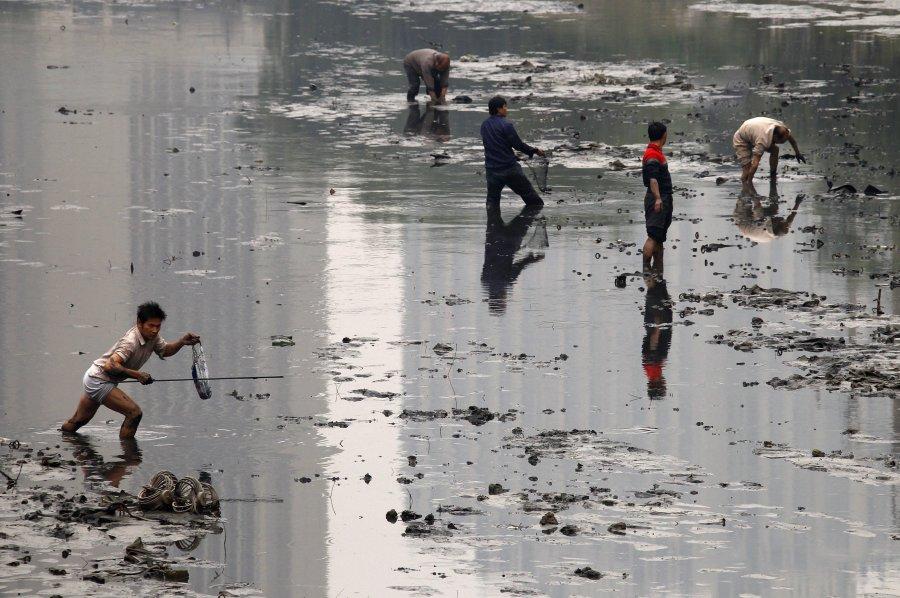 Hình ảnh đáng sợ về những nguồn nước 'chết' ở Trung Quốc (13)