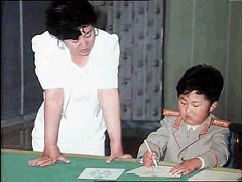 """Hình ảnh cuộc đời """"thay đổi chóng mặt"""" của Kim Jong-un"""
