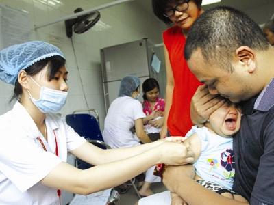 Tiêm vacxin phòng bệnh cho trẻ.