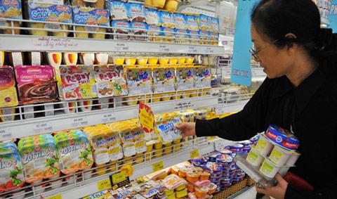 Khách hàng hoa mắt với các loại váng sữa nhập khẩu tại các cửa hàng, siêu thị.