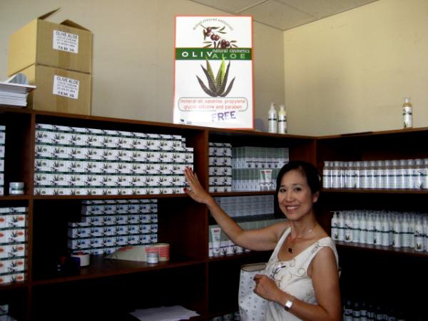 Bà Bùi Tú Ngọc đến thăm phòng trưng bày mỹ phẩm olive tại Hy Lạp