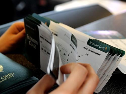 Để mua được một chiếc vé máy bay Tết, nhiều khách hàng đã phải bấm bụng mua đắt từ trước tết vài tháng, cho... chắc chắn.