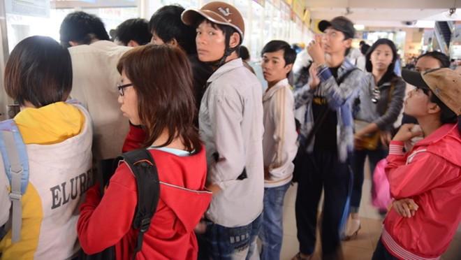 Người dân chen chúc mua vé xe tết tại bến xe miền Đông - Ảnh: T.T.D. (ảnh tư liệu)