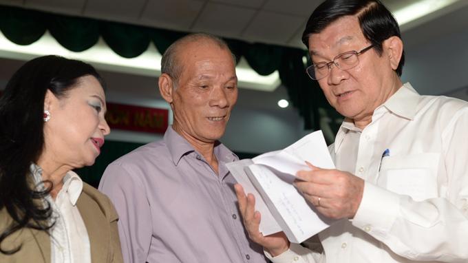 Chủ tịch nước Trương Tấn Sang tiếp xúc cử tri Q.1, TP.HCM sáng 2-12 - Ảnh: Q.Định