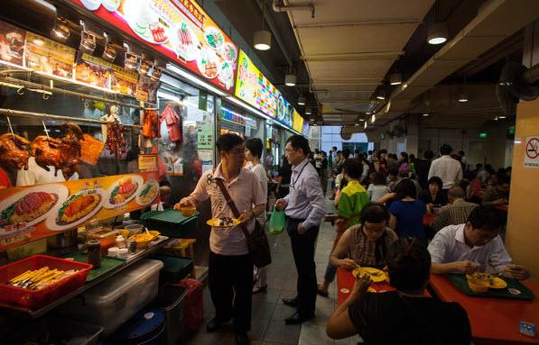 Thực khách dùng bữa trưa tại một cửa hàng thực phẩm trong quận kinh doanh trung tâm ở Singapore.