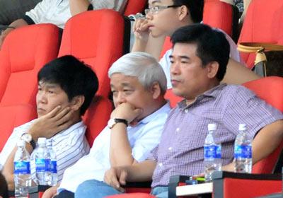 Bầu Long và bầu Kiên trên khán đài khi còn đầu tư vào bóng đá.
