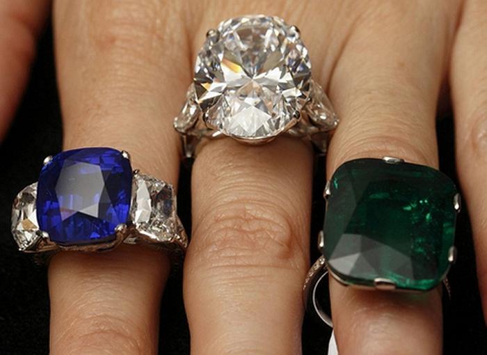 Từ trái sang phải: Chiếc nhẫn sa phia Ngôi sao Cashmere, ước tính bán với giá từ 2,5 triệu đến 3 triệu USD ; Chiếc nhẫn kim cương 26,24 carat, giá ước tính 2,4 - 3,4 triệu USD và chiếc nhẫn ngọc lục bảo 23,28 carat.