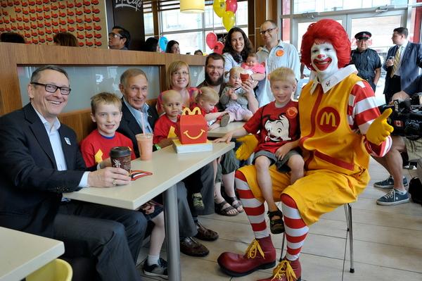 McDonald's tuyển người già làm việc cùng cháu chắt