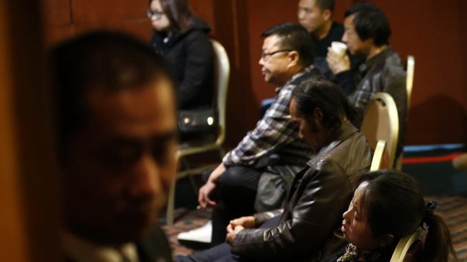 Thân nhân hành khách đi trên chuyến bay MH370 đang mòn mỏi đợi tin người thân mình ở Bắc Kinh sáng 14-3  Ảnh: Reuters