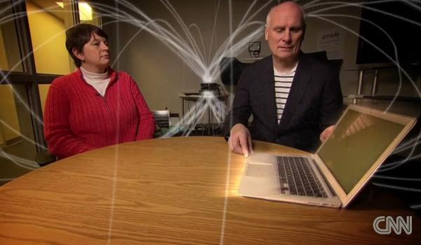 iến sỹ Katie Hall (áo đỏ bên trái) đang trình diễn laptop sạc điện mà không cần cắm vào ổ cắm điện