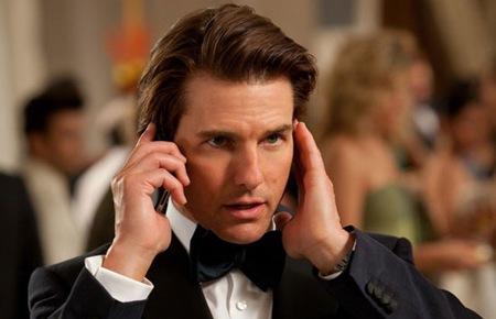 """Tài tử điện ảnh Tom Cruise đang dùng iPhone 4 để trò chuyện trong phim """"Nhiệm vụ bất khả thi 4""""."""