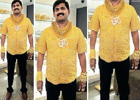 Samrat Moze mặc chiếc áo bằng vàng ròng nặng 8,5kg cùng với các vòng tay, vòng cổ, nhẫn bằng vàng ròng.