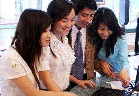 Nhiều chị em tranh thủ bán hàng trên mạng kiếm tiền tiêu Tết