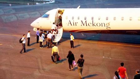 Từ ngày 28-2, Air Mekong sẽ ngừng bay để tái cấu trúc. Trong ảnh: hành khách lên máy bay tại sân bay Pleiku -