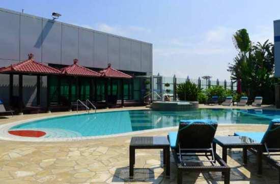 Bể bơi của sân bay Changi tại Singapore.