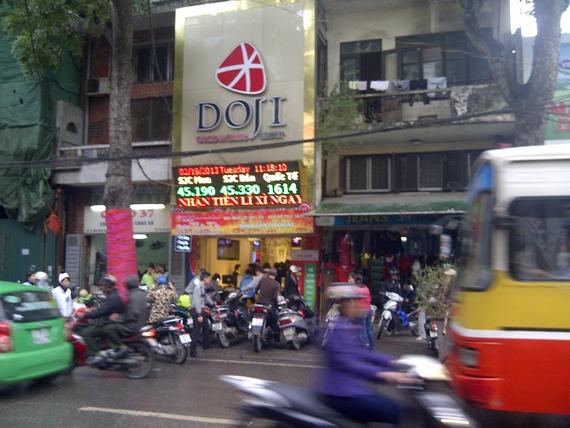 Giữa trưa mưa phùn, người Hà Nội xếp hàng mua vàng ngày vía Thần tài (1)