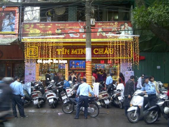 Giữa trưa mưa phùn, người Hà Nội xếp hàng mua vàng ngày vía Thần tài (2)