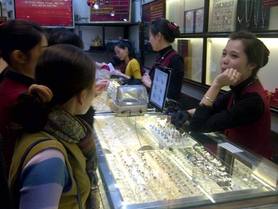 Giữa trưa mưa phùn, người Hà Nội xếp hàng mua vàng ngày vía Thần tài (4)