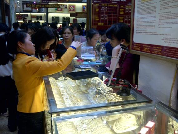 Giữa trưa mưa phùn, người Hà Nội xếp hàng mua vàng ngày vía Thần tài (3)