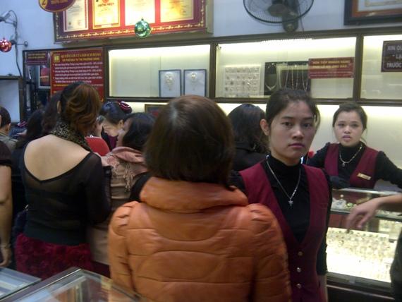 Giữa trưa mưa phùn, người Hà Nội xếp hàng mua vàng ngày vía Thần tài (5)