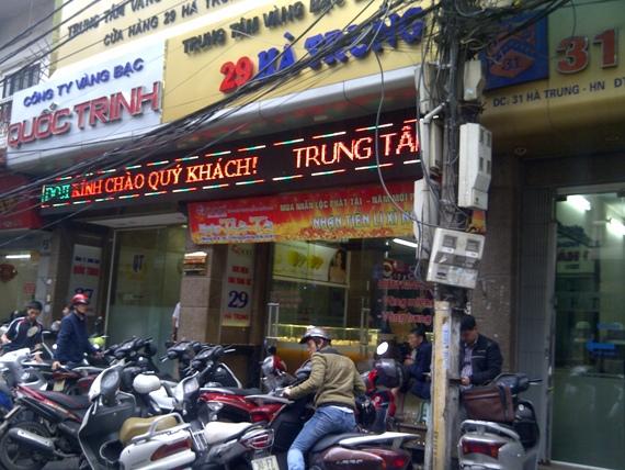 Giữa trưa mưa phùn, người Hà Nội xếp hàng mua vàng ngày vía Thần tài (6)
