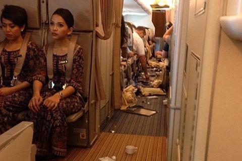 Bên trong máy bay Vietnam Airlines rơi 'tự do' 200m trên không (3)