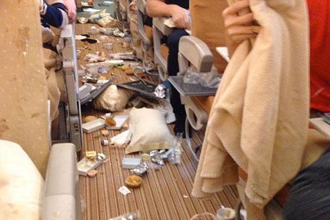 Bên trong máy bay Vietnam Airlines rơi 'tự do' 200m trên không (4)
