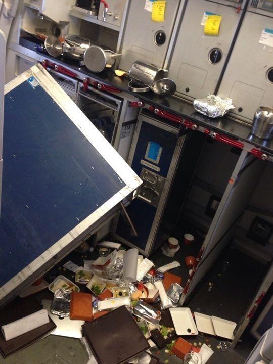 Bên trong máy bay Vietnam Airlines rơi 'tự do' 200m trên không (2)