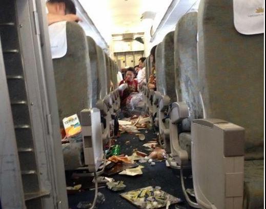 Bên trong máy bay Vietnam Airlines rơi tự do 200m trên không