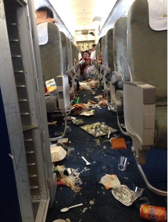 Bên trong máy bay Vietnam Airlines rơi 'tự do' 200m trên không (1)