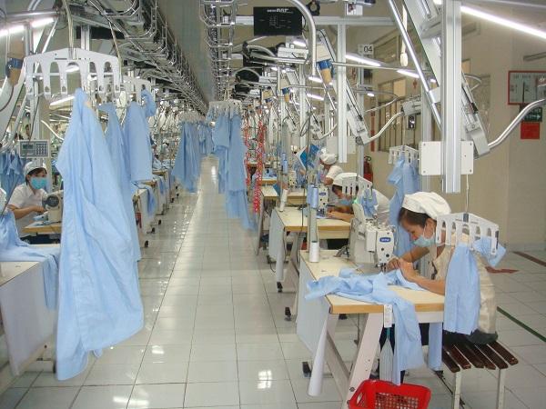 Cty CP Việt Hưng đã đầu tư 3,5 tỉ đồng trang bị chuyền may tự động để nâng cao năng suất lao động. Ảnh: Nam Dương