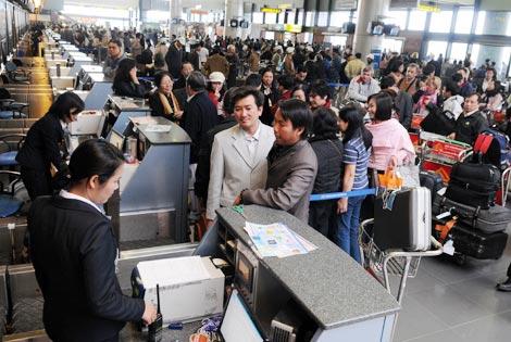 Hành khách làm thủ tục tại nhà ga quốc tế Nội Bài.