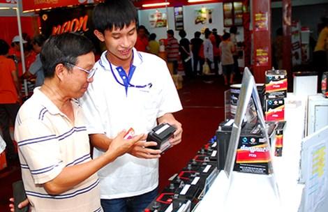 Giới thiệu sản phẩm cho người tiêu dùng tại hội chợ hàng Việt Nam chất lượng cao 2015.Ảnh: HTD