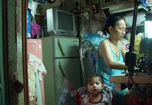 Sống trong căn nhà nhỏ, bà Bùi Thị Kim Ngọc vẫn cố gắng thu xếp một góc để may vá gia công kiếm thêm thu nhập.