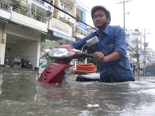 Trận mưa ngày 15.9 đã khiến nhiều đường phố TPHCM biến thành sông. Ảnh: T.PHAN