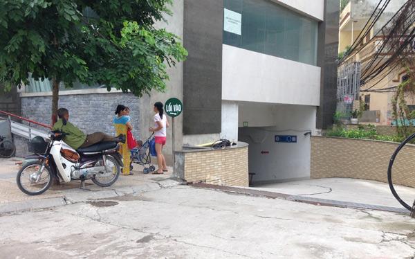 Trẻ em đỏ mắt tìm chỗ chơi          Sảnh dành cho cư dân rất hạn chế diện tích          Nhiều tòa nhà lối đi của cư dân là ngách bên hông rất nhỏ          Chung cư này vỉa hè còn bị đào xới          Và bị lấn chiếm          Lối xuống tầng hầm dốc và nguy hiểm vì sát đường  D.Anh