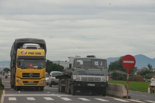 Quốc lộ 1 đi qua tỉnh Quảng Nam không có lề đường và làn đường khá hẹp Ảnh: TRẦN THƯỜNG