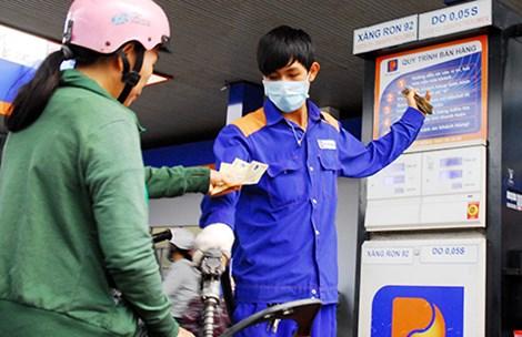 Người tiêu dùng vẫn chịu thiệt khi giá xăng dầu biến đổi. Ảnh: HTD