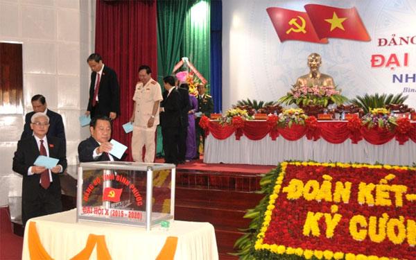Đoàn chủ tịch bỏ phiếu bầu Ban chấp hành Đảng bộ tỉnh khóa 10. Ảnh: Diệc Quyền.